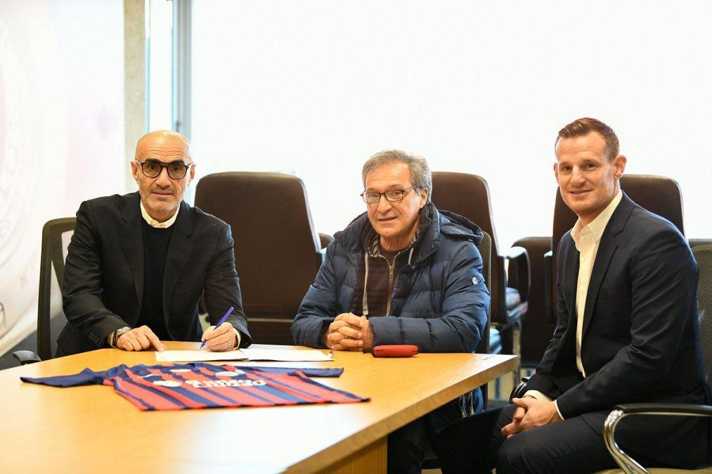 Montero firma el contrato junto al presidente de la institución