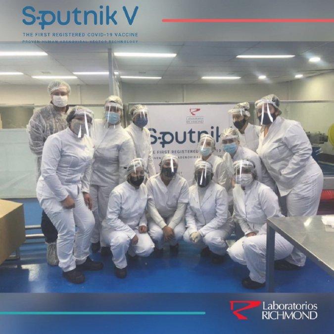 Los profesionales y técnicos que trabajan en el laboratorio Richmond y que terminaron el primer lote de casi 500 mil dosis de la vacuna Sputnik fabricadas en Argentina.