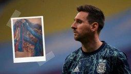 altText(Messi le firmó el tatuaje en la espalda al hincha brasilero)}