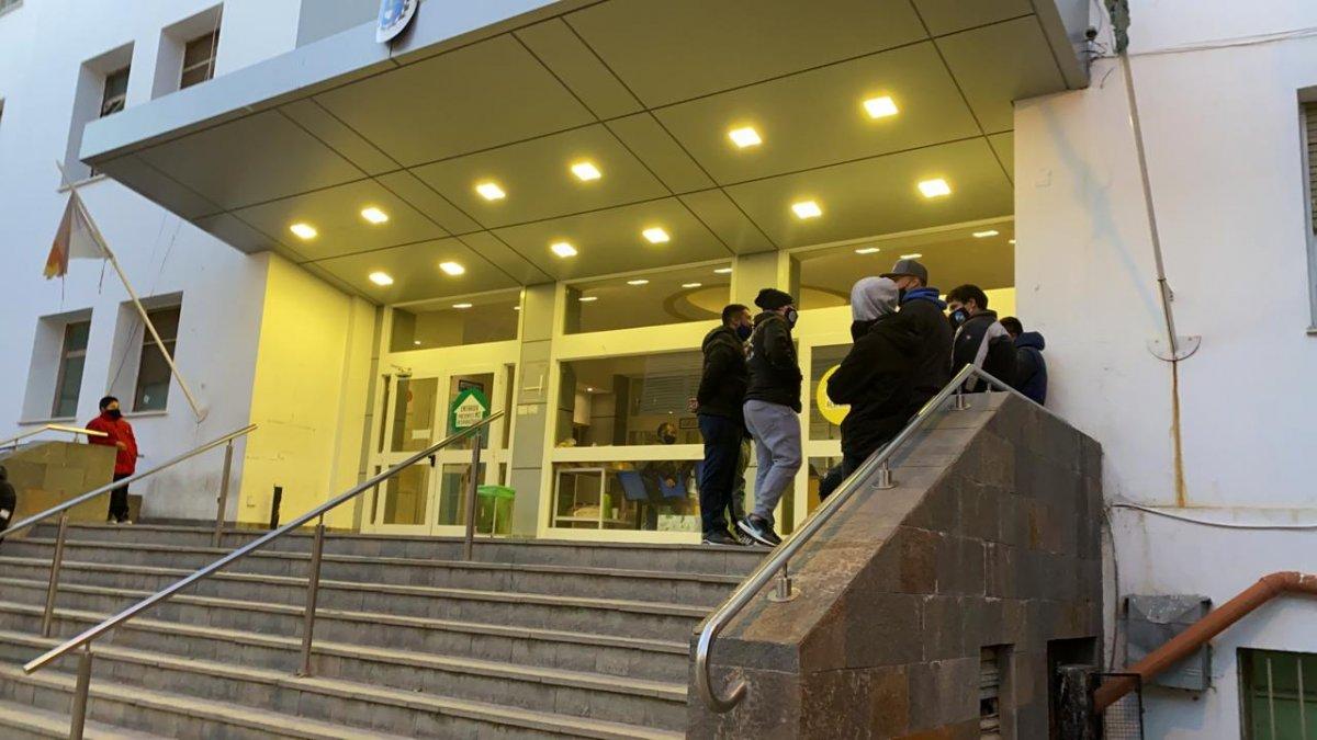 Vigiladores aguardan respuestas en la entrada del Hospital Regional