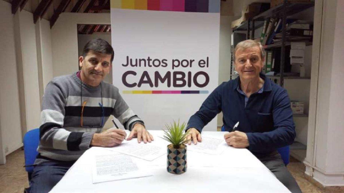 Javier Acevedo del ARI y Aníbal Tortoriello del PRO firmaron esta mañana la alianza de Juntos por el Cambio. Foto: Facebook Pro Rïo Negro.