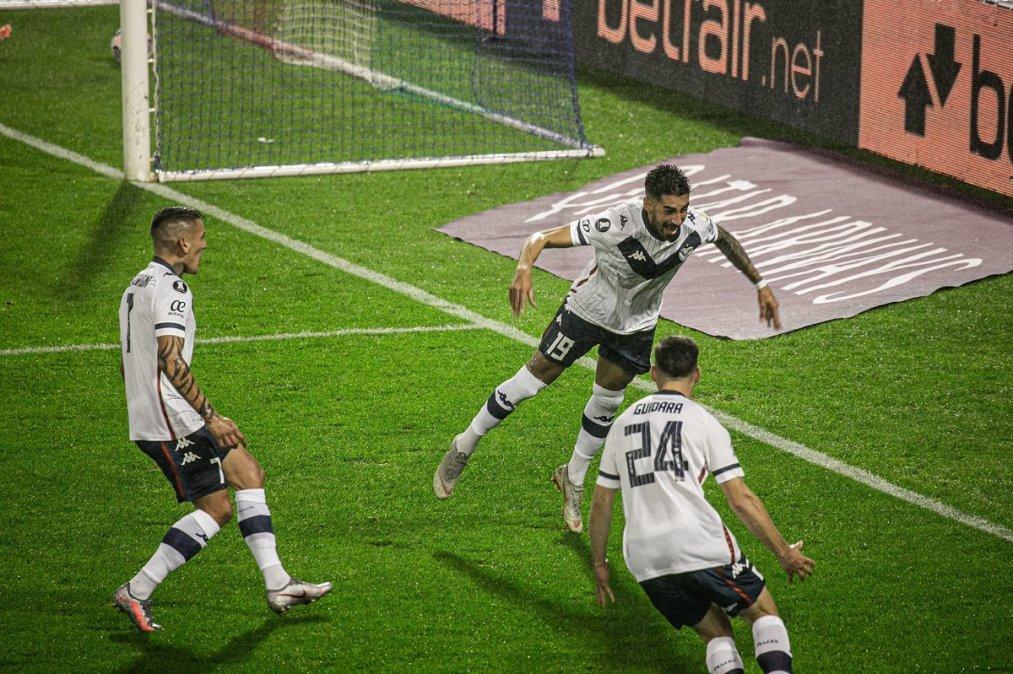 Lucero marcó el único gol del partido y lo festejó bajo la lluvia en Liniers.