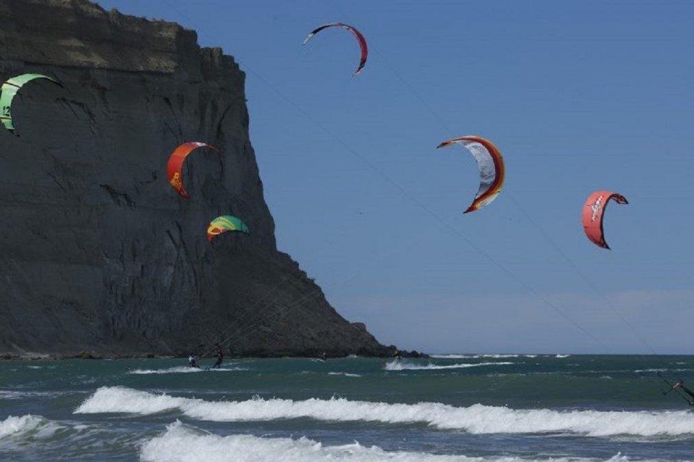 Buscan construir su sede para poder sumar a los niños y adolescentes al kitesurf.