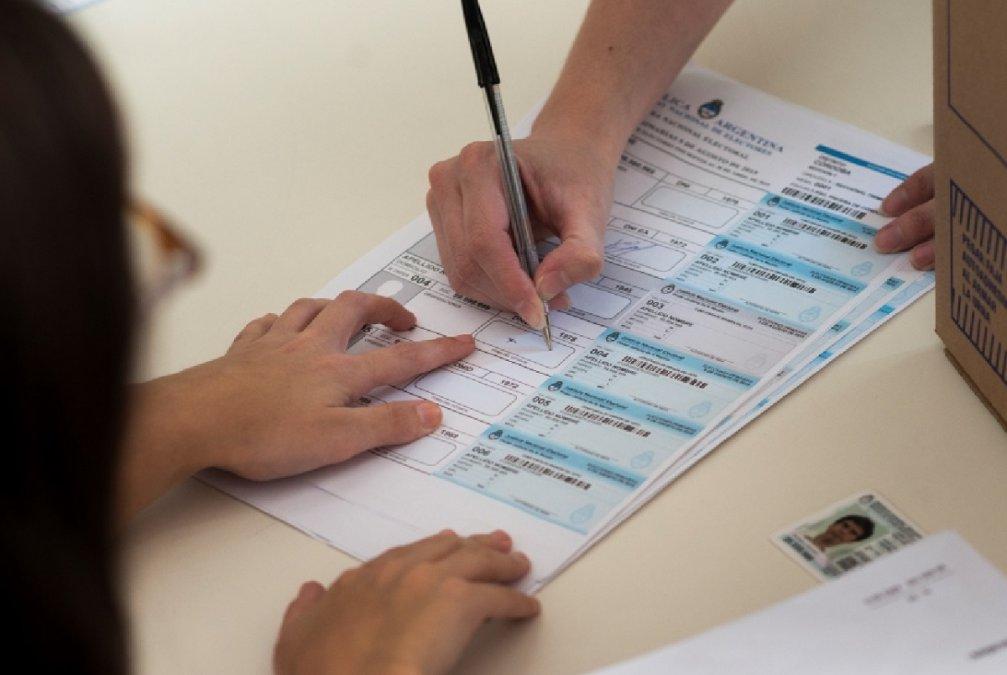 Elecciones 2021: Recomiendan ir a votar con birome y alcohol