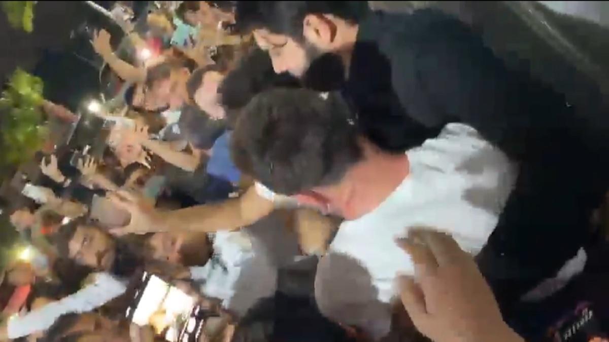 Messi salió custodiado de un café de Miami.
