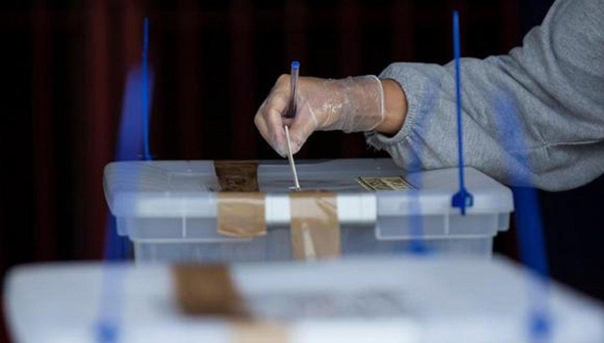Cerraron las mesas de las primarias presidenciales en Chile