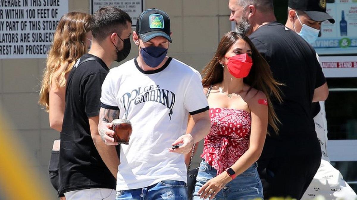 Messi y Antonela tras salir de la farmacia en Miami.