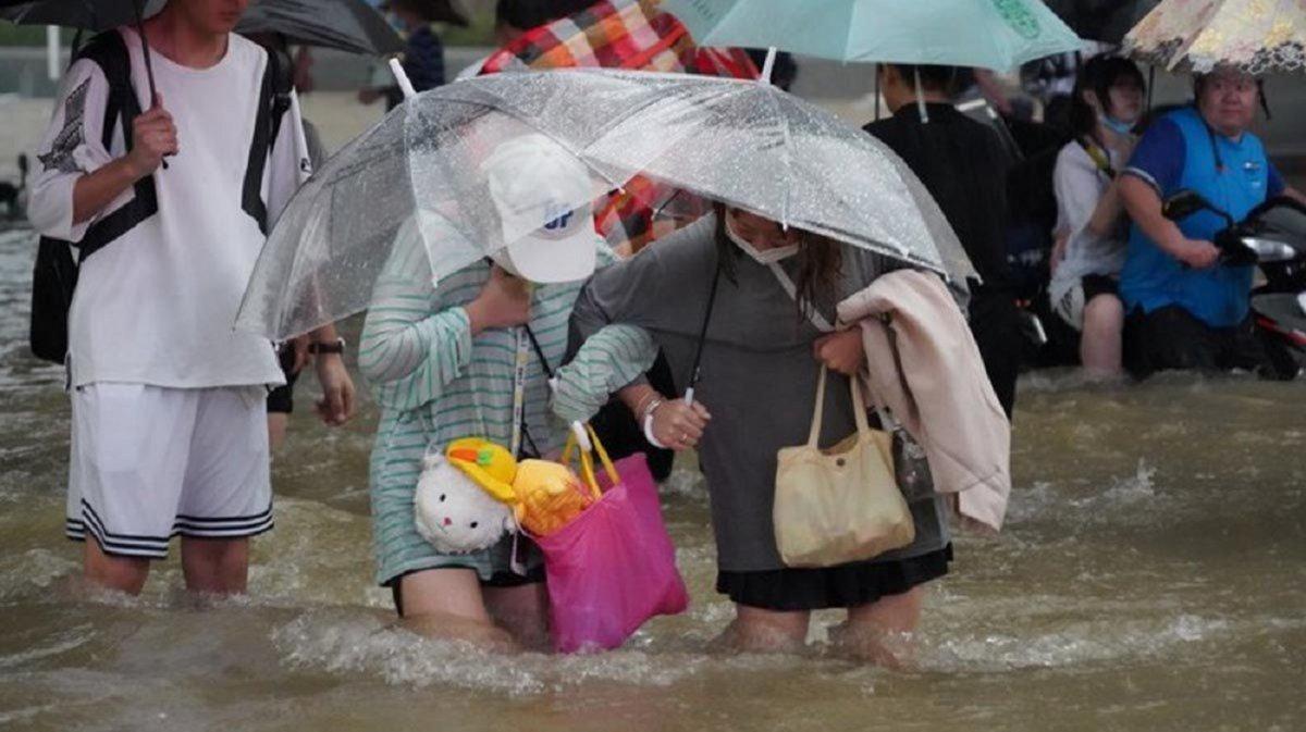 Más de 10 mil evacuados por históricas lluvias en China.