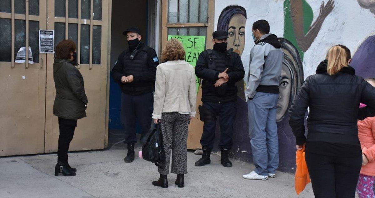 La Policía custodia el centro de vacunación en el Gimnasio Municipal N°1 de Trelew.