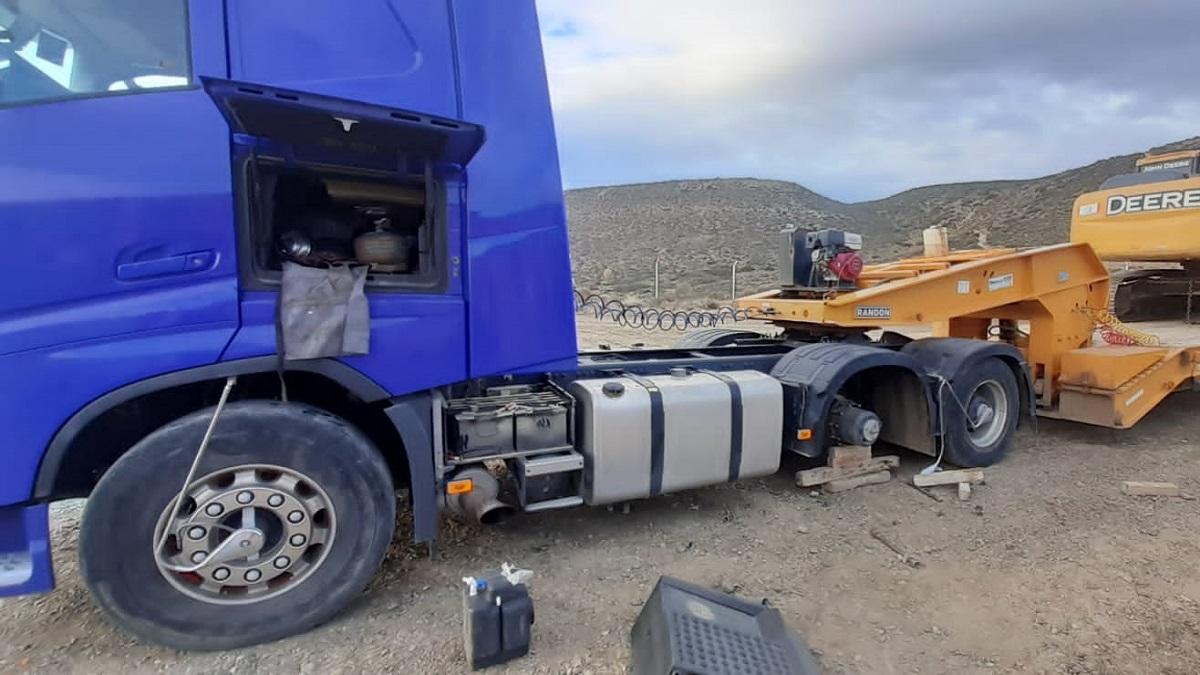 Le robaron las cuatro cubiertas a un camión estacionado en un predio.
