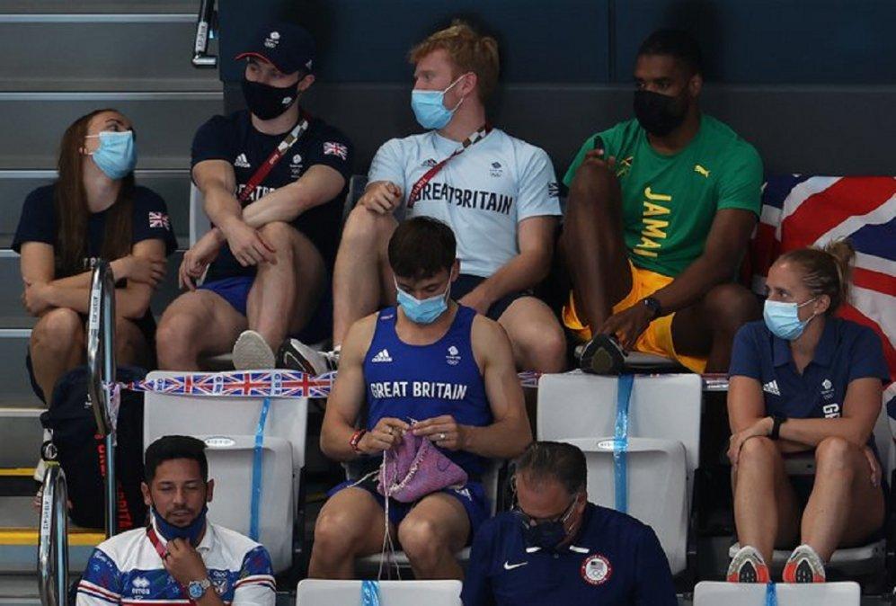 La foto del atleta británico Tom Daley lo hizo popular en Tokio. Se supo que tiene una página en IG donde promociona y vende sus creaciones. Lo recaudado lo dona a refugios para chicos Lgbtq+ que han sido echados de casa.