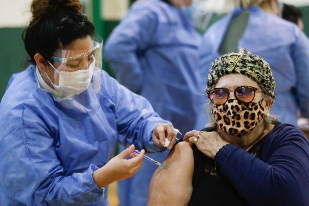 El gobierno analiza dar una tercera dosis de algunas vacunas contra el Covid-19