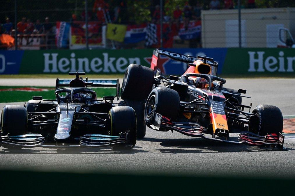 Hamilton y Verstappen protagonizaron el incidente de la jornada y ambos quedaron afuera en la vuelta 26.