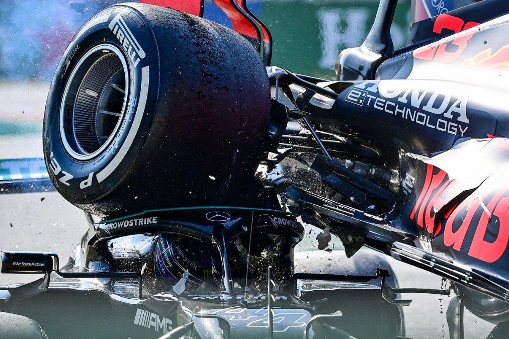 El auto de Verstappen sobre la cabeza de Hamilton.