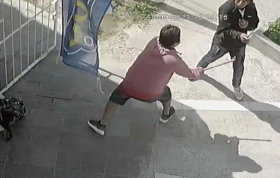 Un comerciante fue asaltado y echó al ladrón con un hierro.