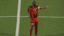 La insólita imagen en un campo de juego del vicepresidente de Surinam, Ronnie Brunswijk. No puede juga el partido de vuelta porque lo van a detener.