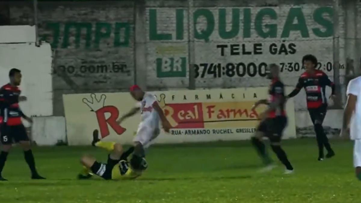 Un jugador de la Segunda División de Brasil agredió a un árbitro.