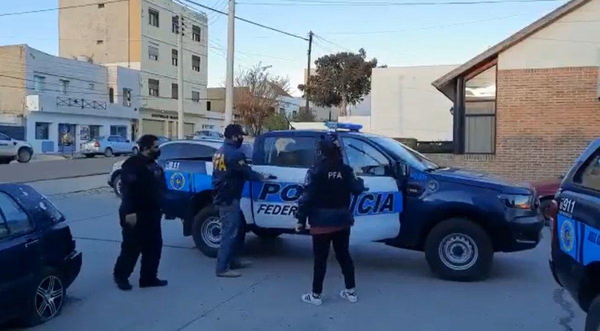 Policía Federal desbarató red de narcotráfico en Comodoro y Caleta Olivia. Foto: Captura video Lydia Cocha en Twitter.