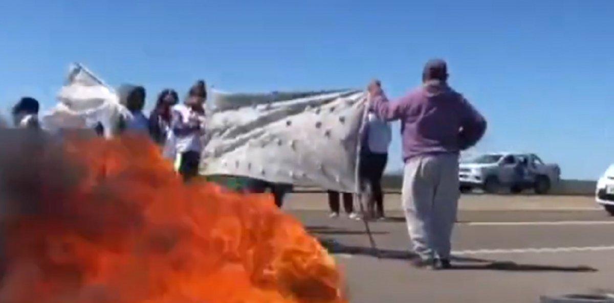 Cruzaron autos y pusieron cubiertas incendiadas.