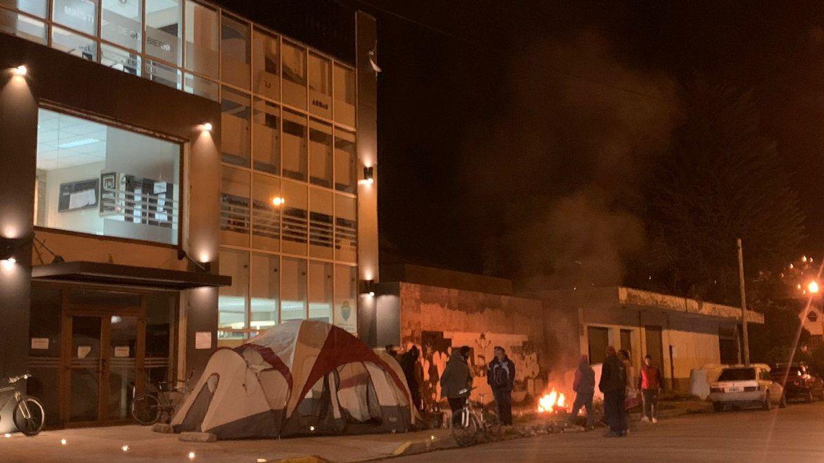 Valle Chico: Personas acamparon en el edifico del IPV exigiendo un nuevo sorteo