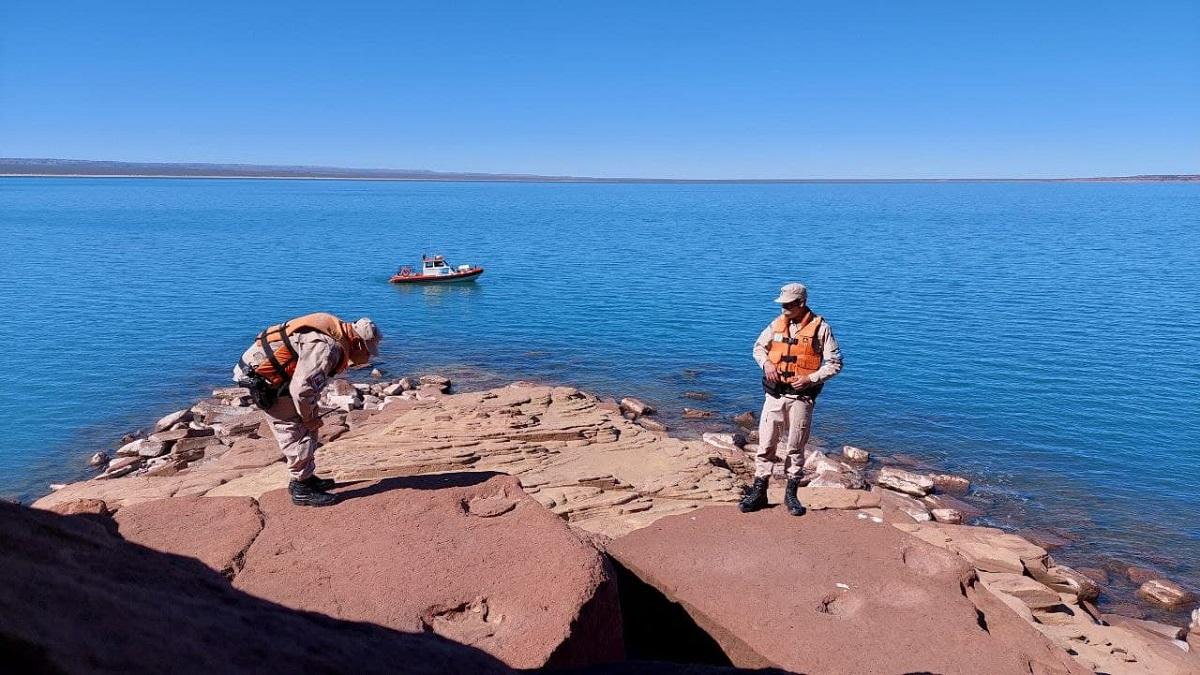 Prefectura Naval Argentinanotificó del hallazgo de huellas prehistóricas de un dinosaurio bípedo.