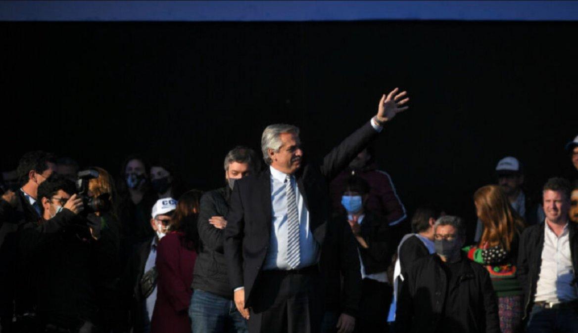 Alberto Fernández durante el acto en la cancha de Nueva Chicago. Foto: Télam.