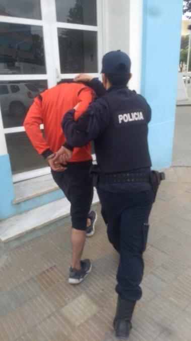 Fueron detenidos tras golpear y robarle a un hombre a la salida del Banco