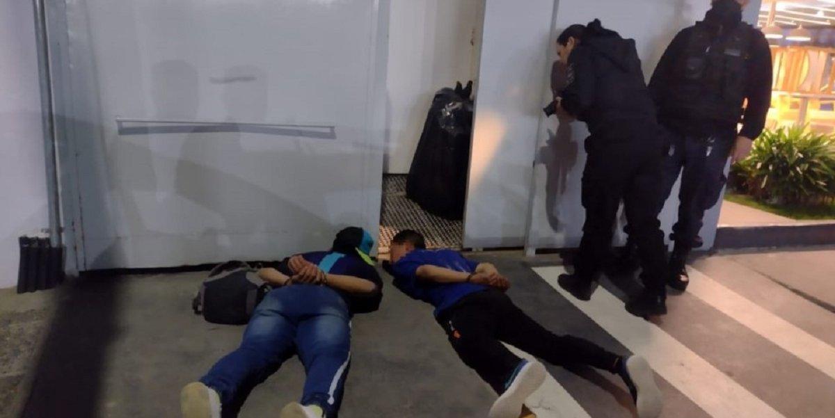 Heroico policía persiguió y detuvo a dos delincuentes que robaron y apuñalaron a un hombre con un destornillador. (Foto: Jornada)