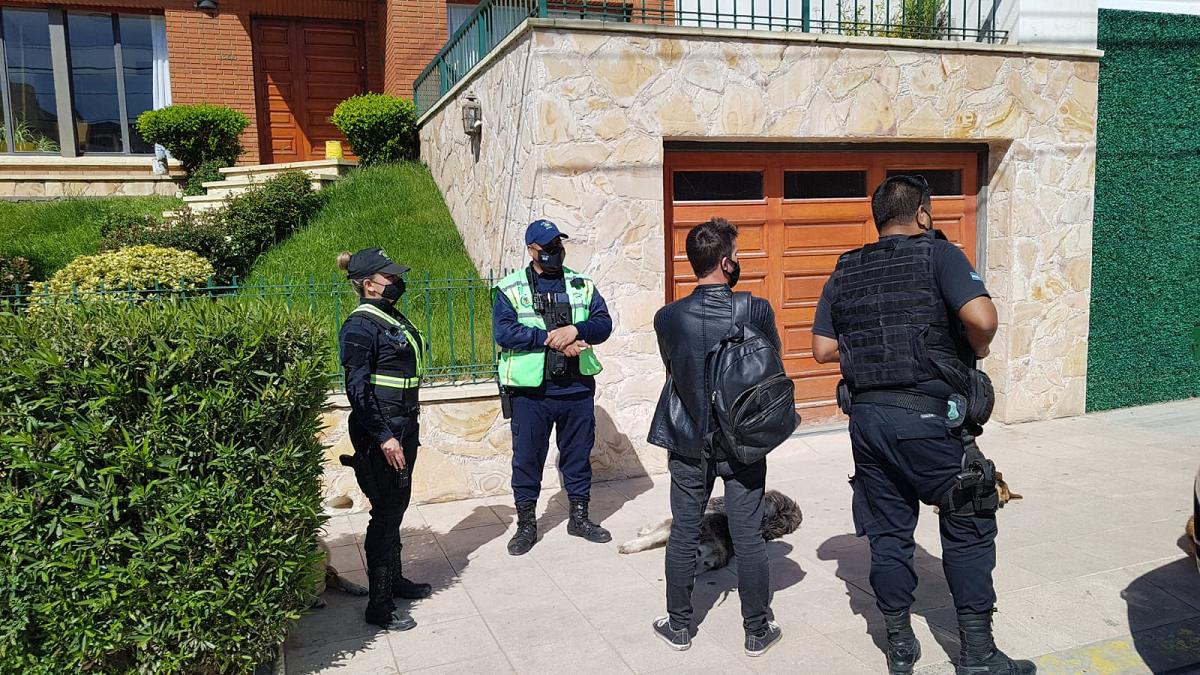 En un control rutinario efectivos de la policía provincial demoraron a un joven que resultó con una causa por abuso sexual en Buenos Aires