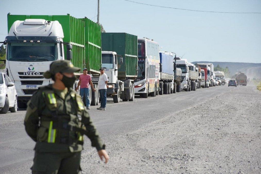 Trabajadores estatales cortaron la Ruta Nacional N°3 en el acceso norte a Trelew. Foto: Diario Jornada.