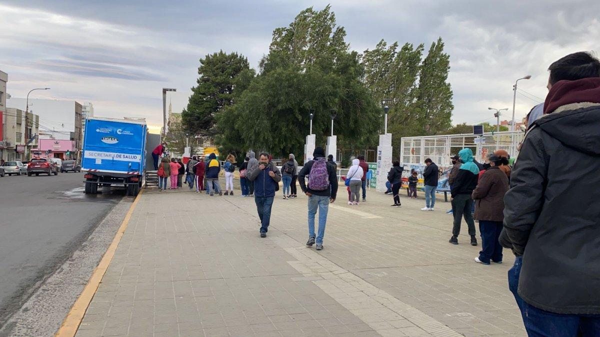 Largas filas en la Plaza de la Escuela 83 para vacunarse contra el Covid-19.