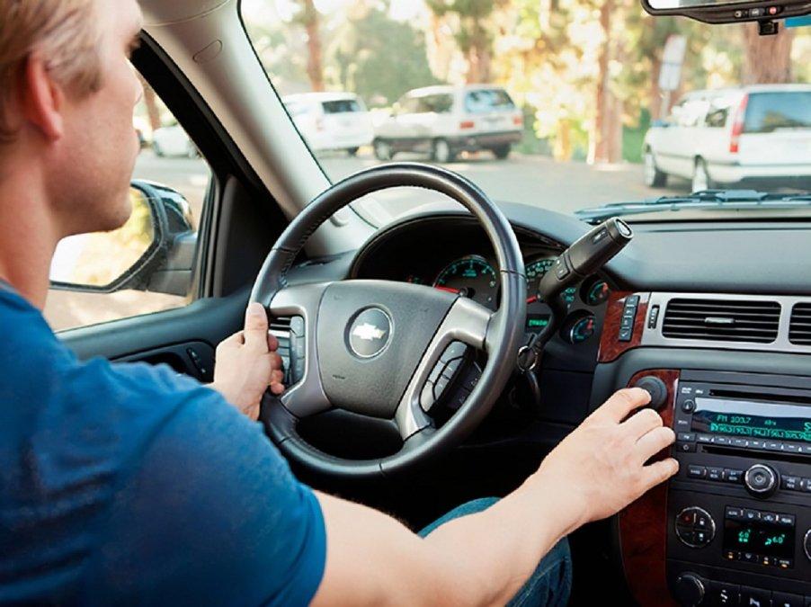 Multarán a conductores que utilicen manos libres.