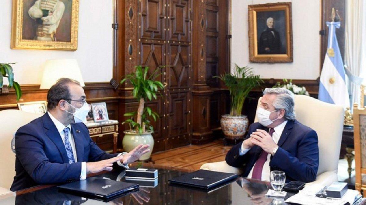 El presidente Alberto Fernández y el presidente ejecutivo del Banco de Desarrollo de América Latina (CAF) Sergio Díaz-Granados analizaron los ocho créditos por más de 1.100 millones de dólares que se suscribieron este miércoles.